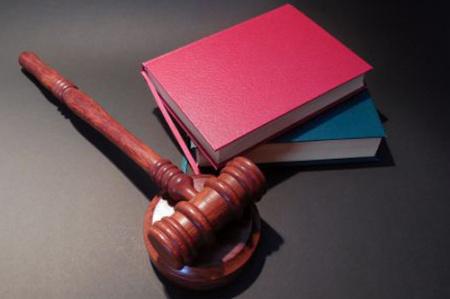 News - Sąd zakaże sprzedaży książek Tomasza Piątka? Złożono wniosek