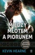Okładka ksiązki - Między młotem a piorunem. Kroniki Żelaznego Druida 3