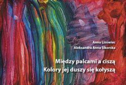 Okładka książki - Między palcami a ciszą Kolory jej duszy się kołyszą