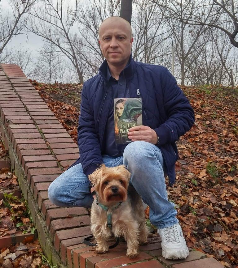 Publicystyka - Lubię podróżować z moimi bohaterami. Wywiad z Mariuszem Leszczyńskim