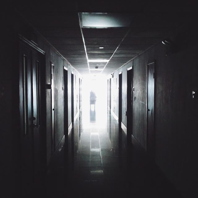 """Okładka publicystyki dla – Osoby emocjonalne jako lekarze mają przechlapane. Wywiad z Tadeuszem W., autorem książki """"Bez znieczulenia"""