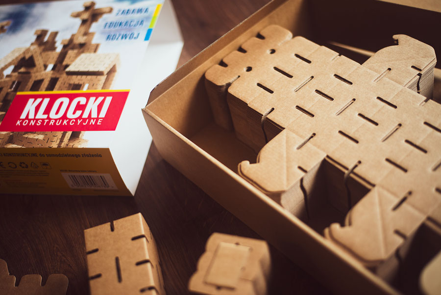 Publicystyka - Ekologia i kreatywność. Recenzja CARDBLOCKS – kartonowych klocków dla małych konstruktorów