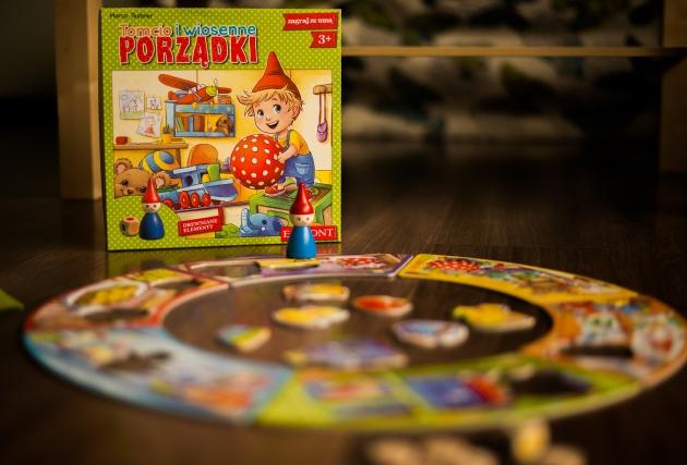 """Okładka publicystyki - Recenzja gry """"Tomcio i wiosenne porządki"""". Pierwsza planszówka Twojego dziecka"""