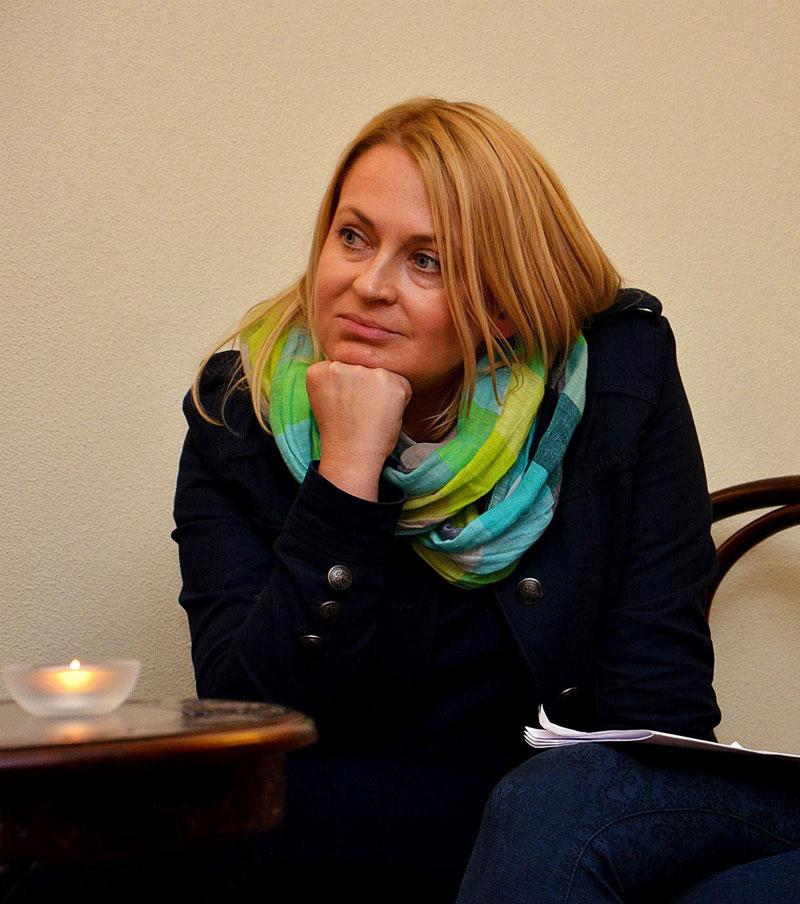 Okładka publicystyki dla Dobrze siętrzymać sztuki. Wywiad z Anną Fryczkowską z kategorii Brak kategorii